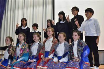記念写真に納まる青森南高とサンクトペテルブルク583番校の生徒たち