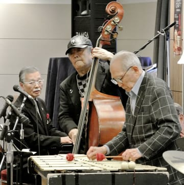 「神戸ジャズストリート2019」で演奏する「ゴールデン・シニア・トリオ」のメンバー。手前から鍋島直昶さん、宮本直介さん、大塚善章さん=神戸市