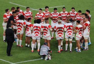 試合後、円陣を組んでお互いをたたえ合うラグビー日本代表メンバーたち