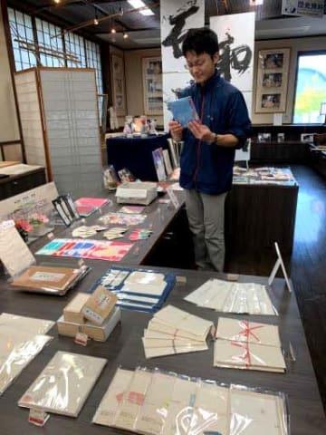 ユネスコ無形文化遺産に登録されている3紙の商品が並ぶ館内