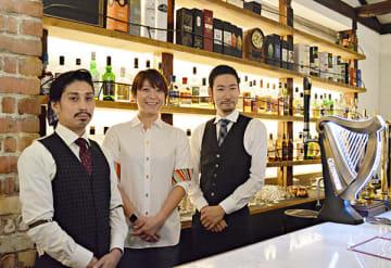 ウイスキーの知識も豊富な(左から)福井雅一店長、吉川由美共同オーナー、バーテンダーの岩崎光太郎さん=秩父市東町のハイランダーイン秩父
