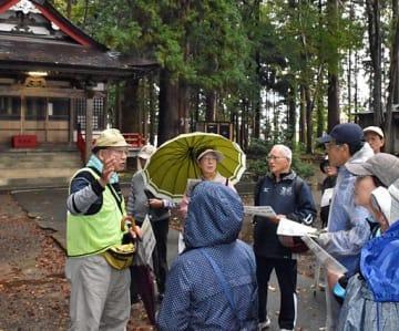 鎌田さん(左端)の案内で三内八幡宮の境内を回る参加者