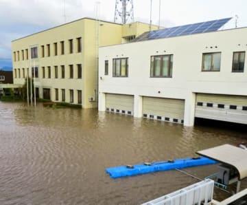 浸水した消防本部庁舎(左)と車庫=13日午前5時50分ごろ(須賀川地方広域消防本部提供)
