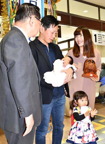 記念セレモニーでくす玉を割って節目を祝う天野さん家族と土田正剛市長=東根市役所