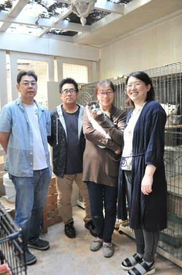 野良猫・犬の保護活動をする片桐さん(右から2番目)ら