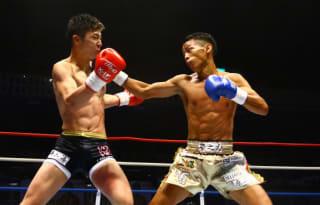 圧倒的実力を見せつけて玖村(左)を撃破した武居(右)