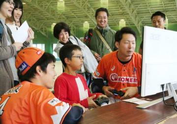 ゲームでファンと交流する新潟の選手たち=22日、新潟市
