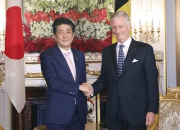 会談前に握手する安倍首相(左)とベルギーのフィリップ国王=22日午後、東京・元赤坂の迎賓館