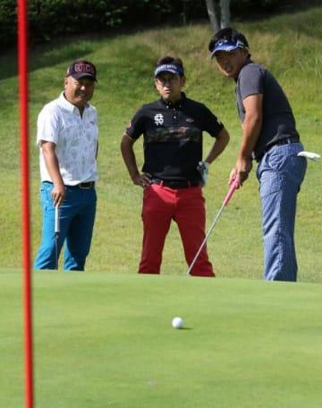 練習ラウンドで、グリーンの攻略法を探る本県代表の(右から)稲田塁仁、永井勝己、石橋福美