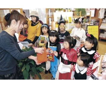 仮装の子ども、商店街を巡る 氷見でハロウィーンのイベント
