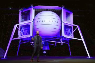 月着陸機「ブルームーン」の模型とジェフ・ベゾス氏=5月、米ワシントン(ロイター=共同)