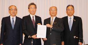 IR実現に関する緊急共同宣言を発表する(左から)石井氏、真弓氏、岩田氏、堰八氏