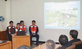 台風19号による白石市の現状について説明する職員たち