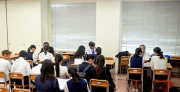 各高校のブースで個別相談をする生徒とその保護者=坂戸市の女子栄養大学