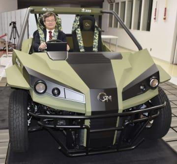 既存のEVよりも消費電力を20%以上削減できるというEVのテスト車両に乗る名古屋大の天野浩教授=18日、名古屋市千種区
