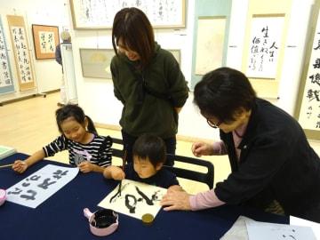 展示会場では、大和市書道連盟の会員によるワークショップも開かれた=シリウス