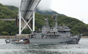 衝突事故後、修理のためドックにえい航される掃海艇のとじま(6月27日、尾道市因島沖)
