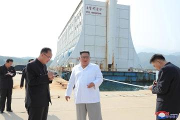 北朝鮮・金剛山観光地区で、韓国側が運営したホテル(後方)を視察する金正恩朝鮮労働党委員長(朝鮮中央通信=共同)