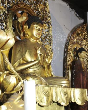 宗印が作ったことが分かった見性寺の「木造阿弥陀如来坐像」(手前)=23日、大阪市東住吉区