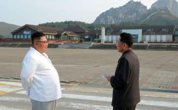 金剛山地域を視察する金正恩朝鮮労働党委員長(左)。日時は不明。朝鮮中央通信が23日報じた(朝鮮通信=共同)