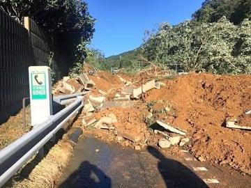 台風19号による大雨で大規模な土砂崩れが起きた中央自動車道=相模原市緑区与瀬(中日本高速道路提供)