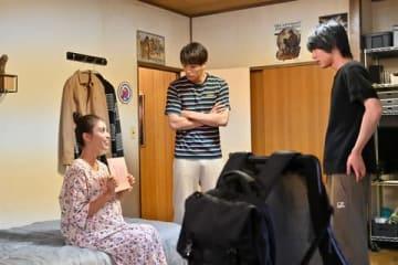 ドラマ「G線上のあなたと私」の第2話に出演した滝沢カレンさん(左)(C)TBS