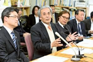 新たに立ち上げた企画など「第21回宮崎国際音楽祭」の概要を説明する佐藤総監督(左から2番目)ら=2日午後、県庁