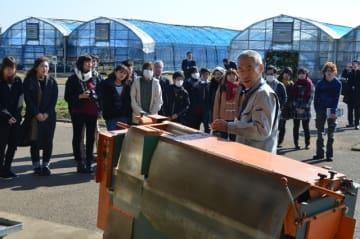 農業機械やハウスなどを視察する宮崎産業経営大の学生たち