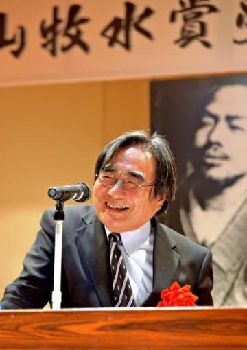 受賞者記念講演で、愛唱される牧水の歌などについて話す内藤さん=9日午後、延岡市のカルチャープラザのべおか