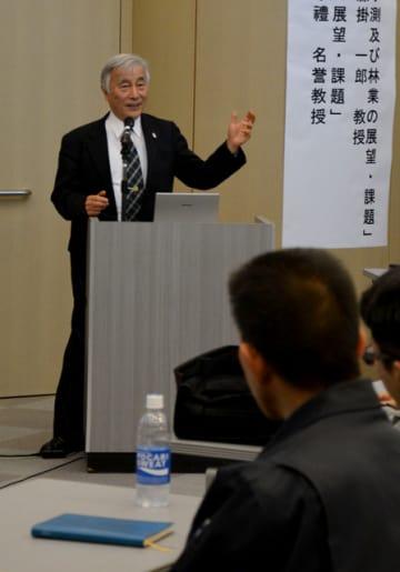 都市部での木材利用の展望を語る有馬名誉教授=10日午後、宮崎市の県電ホール