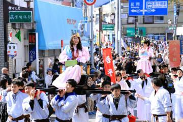 コノハナサクヤヒメ役などがこしに乗りパレードした、神話の高千穂建国まつり=11日午前、高千穂町