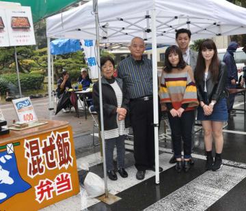 楠並木朝市に出店した三塚さん一家(右から3人)と満添さん夫婦