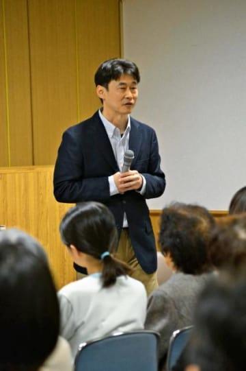 相島(福岡県)での研究などをもとにネコの生態について解説する山根さん=12日午後、宮崎市の県総合博物館
