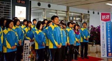 合宿のため本県入りし、あいさつするソフトテニス日本ナショナルチームの長江光一