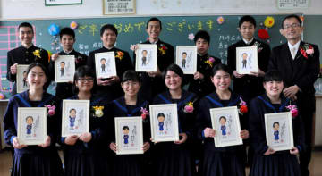 亀川教頭(上列右端)から似顔絵とメッセージ入りの色紙をプレゼントされた本城中の卒業生