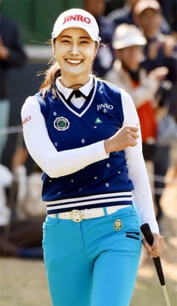 優勝を決め笑顔を見せるキム・ハヌル=27日午後、宮崎市のUMK・CC