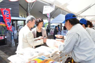ヒノヒカリなどの特産品販売でにぎわった道の駅「えびの」の3周年創業祭