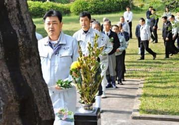 慰霊式で畜魂碑に献花する出席者